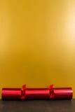 Czerwony Bożenarodzeniowy krakers z pustą przestrzenią above Fotografia Stock
