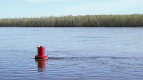 Czerwony boja na jeziorze zbiory wideo