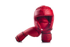 Czerwony boks głowy strażnik i para czerwone bokserskie rękawiczki Zdjęcie Royalty Free