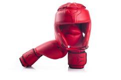 Czerwony boks głowy strażnik i para czerwone bokserskie rękawiczki Obrazy Stock