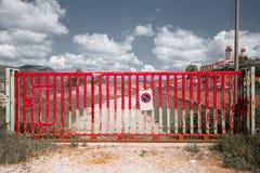 Czerwony brama blokingu dostęp droga gruntowa w Toskańskiej wsi, blokowy pojęcie obraz royalty free