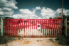 Czerwony brama blokingu dostęp droga gruntowa w Toskańskiej wsi, blokowy pojęcie dramatyczny obrazy stock
