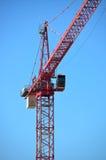 Czerwony budowa żurawia niebieskie niebo Zdjęcie Stock