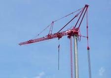 Czerwony budowa żuraw na niebieskim niebie Obrazy Stock