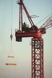 Czerwony budowa żuraw przeciw niebieskiemu niebu Obrazy Royalty Free