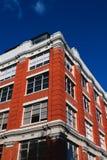 Czerwony budynek w miastowym mieście zdjęcie stock