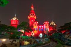 Czerwony budynek w nocy Obrazy Royalty Free