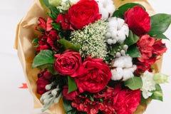 Czerwony bukiet róże, bawełna, alstroemeria i brunia, Fotografia Stock