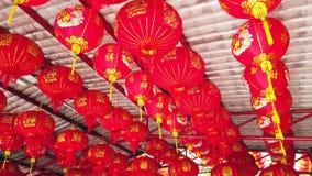 Czerwony Chiński latarniowy obwieszenie w joss domu, chińczyk świątynia lub 4k ultra HD zwolnione tempo, dla świętuje Chińskiego  zbiory wideo