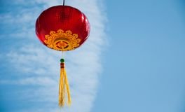 Czerwony chiński lampionów o niebieskiego nieba blackground Zdjęcie Stock