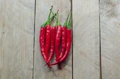 Czerwony chili na drewnianym tle Zdjęcia Royalty Free
