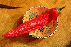 Czerwony chili pieprzu drewniany tło zdjęcie royalty free