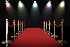 Czerwony chodnik i arkany bariera z olśniewającymi światłami reflektorów Obraz Royalty Free
