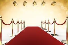Czerwony chodnik i arkany bariera z olśniewającymi światłami reflektorów Zdjęcia Royalty Free