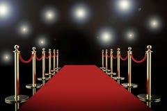 Czerwony chodnik i arkany bariera z olśniewającymi światłami reflektorów Obrazy Royalty Free