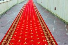 Czerwony chodnik na schodkach zdjęcie royalty free