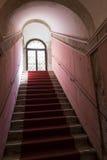 Czerwony chodnik prowadzi w górę kamiennego schody z przesklepionym sufitem Zdjęcia Royalty Free