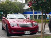 Czerwony Chrysler Crossfire kabriolet parkujący w Lima Obrazy Royalty Free