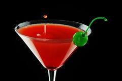 Czerwony coctal z zieloną wiśnią Zdjęcia Stock