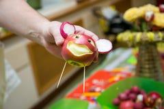 Czerwony cyzelowania jabłko Zdjęcie Royalty Free