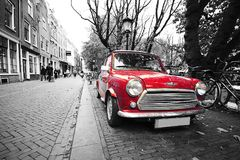 Czerwony czarny i biały klasyczny mini bednarza samochód w Holland pocztówce fotografia royalty free