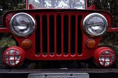 Czerwony dżip antykwarska dżipa przodu fotografia - antykwarski dżipa grille, reflektory i - Zdjęcie Royalty Free