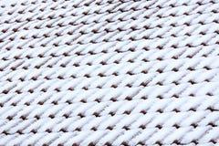 Czerwony dachówkowy dach z śniegiem Fotografia Royalty Free