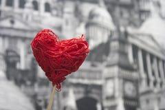 Czerwony dekoracyjny serce na kiju na szarym tle Obraz Stock