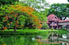 Czerwony dom w gardent Zdjęcia Stock