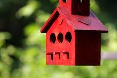 czerwony domek dla ptaków Zdjęcia Stock