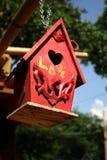 czerwony domek dla ptaków Obraz Royalty Free