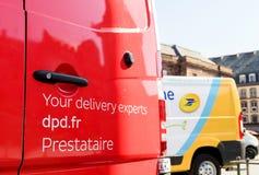 Czerwony doręczeniowy pocztowy samochód dostawczy z DPD sloganem Fotografia Stock