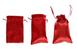 Czerwony drawstring torby pakować odizolowywam Zdjęcia Royalty Free