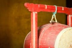 Czerwony drewniany bęben w Buddyjskiej świątyni, Wietnam. Obrazy Royalty Free