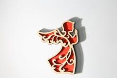 Czerwony drewniany boże narodzenie anioła ornament na bielu Zdjęcia Royalty Free