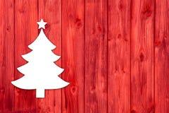 Czerwony drewniany bożego narodzenia tło z białym drzewem zdjęcie stock