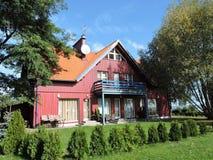 Czerwony drewniany dom Zdjęcia Stock