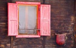 Czerwony drewniany okno obraz royalty free