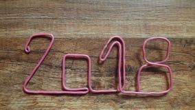 czerwony drut tworzy numerowy 2018 na drewnianym tle Zdjęcie Royalty Free
