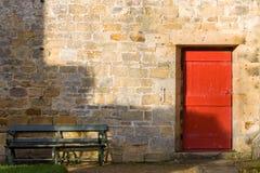 Czerwony drzwi & ławka Zdjęcia Royalty Free