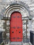 Czerwony drzwi, kamienia łuk Obraz Stock