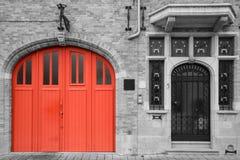 Czerwony drzwi na rocznika czarny i biały tle Obrazy Royalty Free