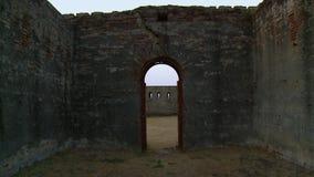 Czerwony drzwi w kamiennym pokoju zdjęcie wideo