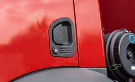 Czerwony drzwiowej rękojeści samochód strażacki na dniu fotografia royalty free