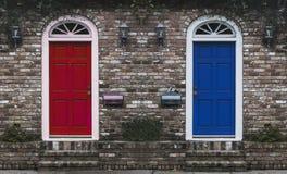 Czerwony Drzwiowy Błękitny drzwi Fotografia Royalty Free