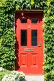Czerwony dzwi wejściowy typowy w UK obrazy royalty free