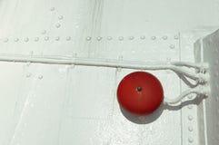Czerwony dzwon na łódkowata łuska malującym bielu Zdjęcie Stock