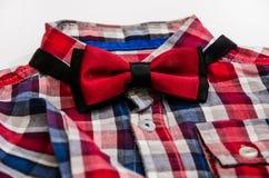 Czerwony elegancki motyl i koszula dla mężczyzn na białym tle obrazy stock