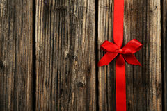 Czerwony faborek z łękiem na brown drewnianym tle Obrazy Royalty Free