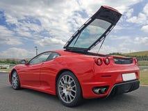 Czerwony Ferrari f430 z tailgate otwiera Zdjęcia Stock